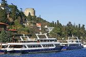 Zwei vergnügen boote in der nähe von rumeli festung, istanbul, türkei — Stockfoto