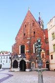 Meryem ana ve, krakow, polonya öğrenci anıtı meydanı — Stok fotoğraf