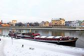 Wisla och röda fritidsbåt i krakow, polen — Stockfoto