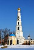 Torre de la campana y capilla de san nicolás de los ugreshsky nicholas mon — Foto de Stock