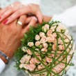 Foto Stock: Bride and groom hand in hand together