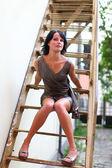 Bruna in tutta la lunghezza con gambe sessuale su scala — Foto Stock