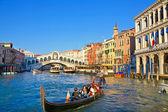 ヴェネツィアのリアルト橋の近くに市内の交通 — Stock fotografie