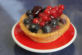 Red Currants Tartlet with red and black berries — Stock Photo