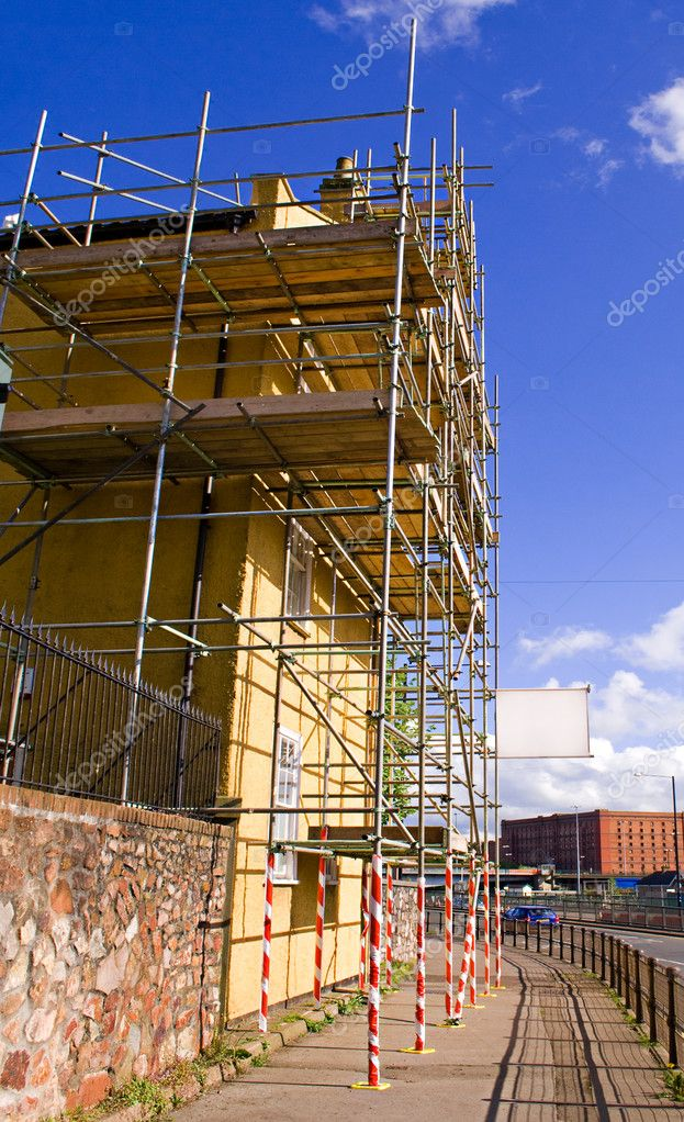 Scaffold against residential property. Blank sign for text. — Stock Photo #9571379
