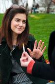 Unga kvinnliga avvisar rökning erbjudande — Stockfoto