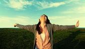 Junge Frau in der Sonne entspannen — Stockfoto