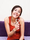 Jonge vrouwelijke bedrijf een hartvormige ketting in haar handen — Stockfoto