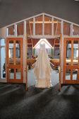 Abito da sposa appeso in una chiesa — Foto Stock