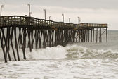 Pier and waves at the North Carolina Outer Banks — Stock Photo