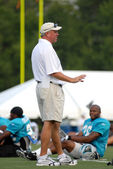 SPARTANBURG, SC - July 28: Carolina Panthers head coach John Fox talks to football players resting between reps during training camp July 28, 2008. — Stock Photo