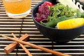 Sushi och sallad — Stockfoto