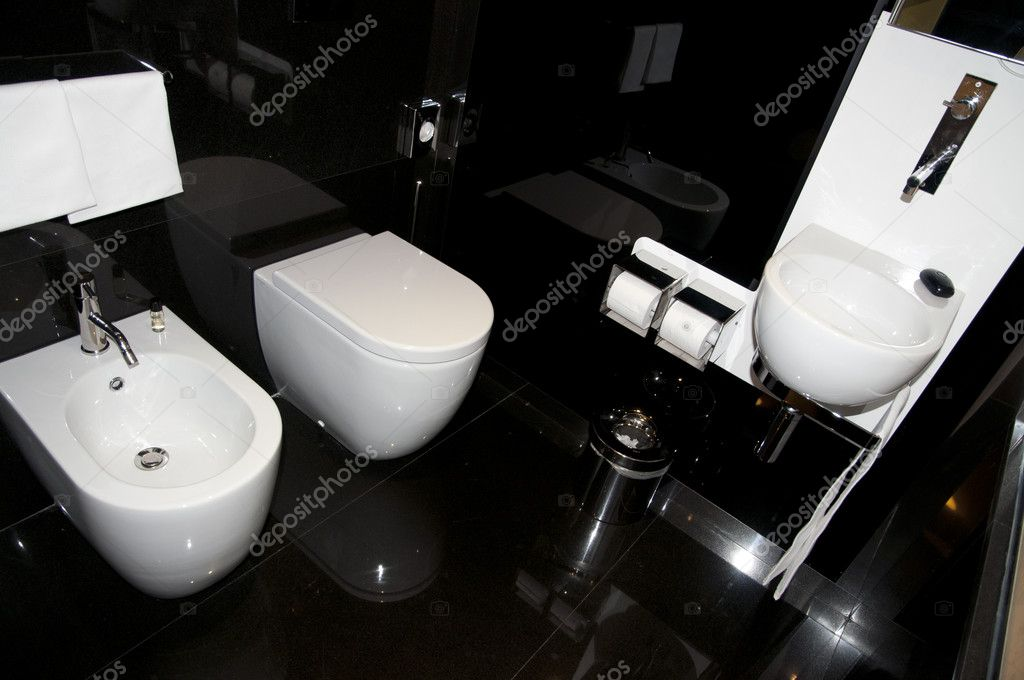 Bidet and toilet in the modern bathroom of italian luxury hotel. — Stock Photo #9616281