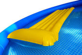 Opblaasbare matras in zwembad — Stockfoto