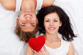 ベッドの中で若い愛のカップル — ストック写真
