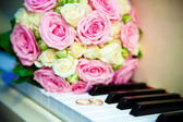 Wedding rings and wedding bouquet. — Stock Photo