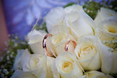 Rings on white wedding flowers. — Stock Photo
