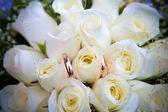 Wedding rings on flowers. — Stock Photo