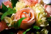 Wedding rings, Flowers. — Stock Photo
