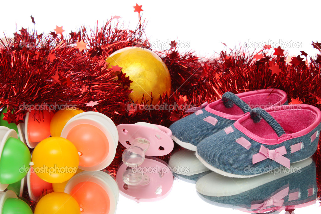 Children's bootees, baby's dummy, rattle. New year.  Foto Stock #10483417