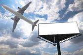 Billboard en vliegtuig — Stockfoto
