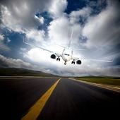 L'aeroplano con lo sfondo di cielo blu. — Foto Stock