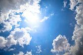 Modrá obloha a bílý oblak — Stock fotografie