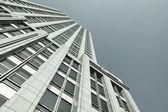 蓝蓝的天空背景上的现代建筑 — 图库照片