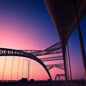 грузовик, ускорение через мост на закате, движение blur. — Стоковое фото
