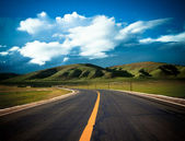 Road to the future with the mountain and blue sky background outdoor. — Foto Stock