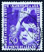 Enfant d'Italie 1937 timbre-poste donnant salute — Photo