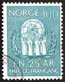 Почтовая марка Норвегии 1970 оливковые венки и руки, поддержание мира — Стоковое фото