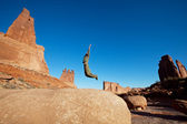 мальчик прыгает — Стоковое фото