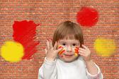 Brick wall. The soiled child — Stock Photo