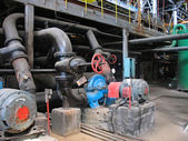 Red valve and electric water pumps at power plant — Fotografia Stock