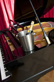 Champagne op piano — Stockfoto