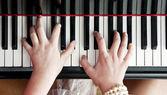 Mani sui tasti del pianoforte — Foto Stock