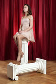 женщина на ионные столба — Стоковое фото
