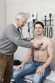 Jeune patient en passant par l'examen médical — Photo
