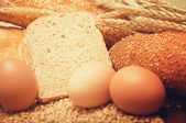 хлеб из пшеницы, зерна и уши с яйцами — Стоковое фото