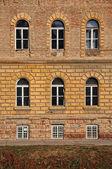 Windows von einem Altbau — Stockfoto