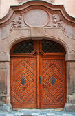 массивные деревянные двери — Стоковое фото