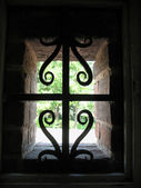 A window with a grille in the wall of the fortress of Nizhny Novgorod Kremlin. Backlight — Stock Photo
