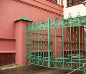 Metal gates featuring birds of paradise — Stok fotoğraf