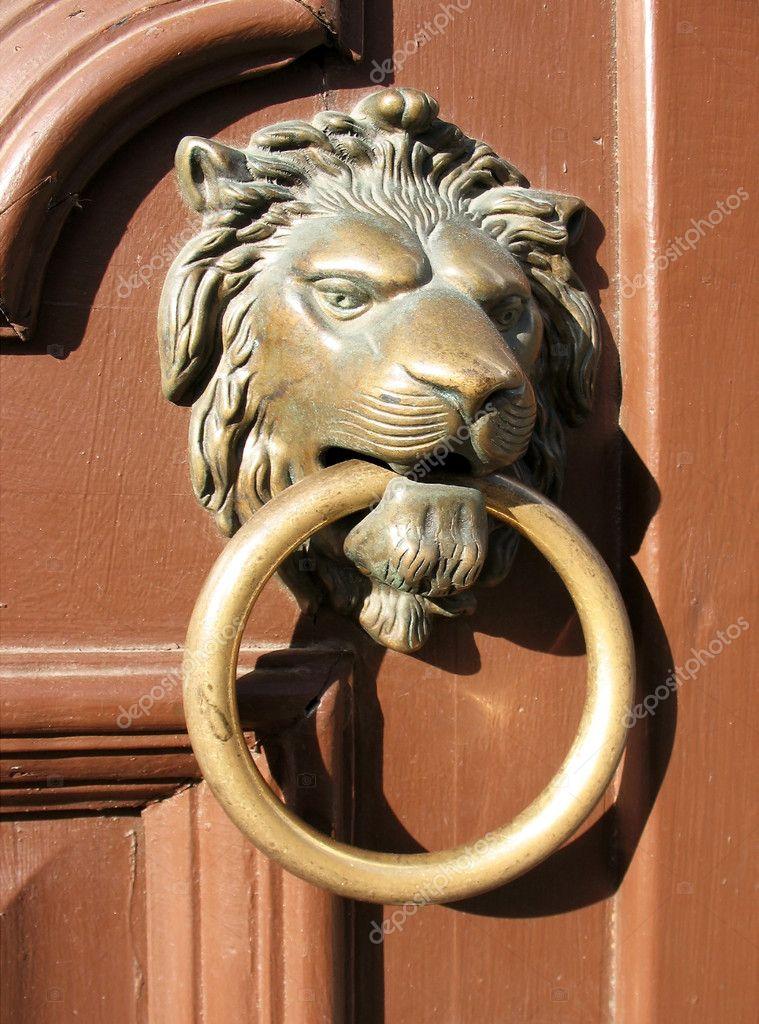 poign e de porte sous la forme d 39 une bronze t te de lion avec un anneau photographie zanozaru. Black Bedroom Furniture Sets. Home Design Ideas