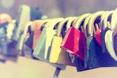 Lucchetti sulla ringhiera del ponte — Foto Stock