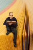 Man reading book — Stockfoto