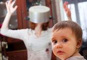Bebé asustado contra madre loca — Foto de Stock