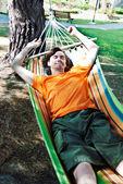 молодой человек имеет отдохнуть в гамаке — Стоковое фото