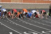мальчики подростка в стартовых колодок в спринтерской гонке средней школы — Стоковое фото